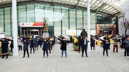 Китайские туристы в Южной Корее узнают правду о Фалуньгун