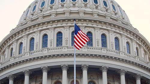13 мая в честь Дня Фалунь Дафа в Капитолии установили флаги